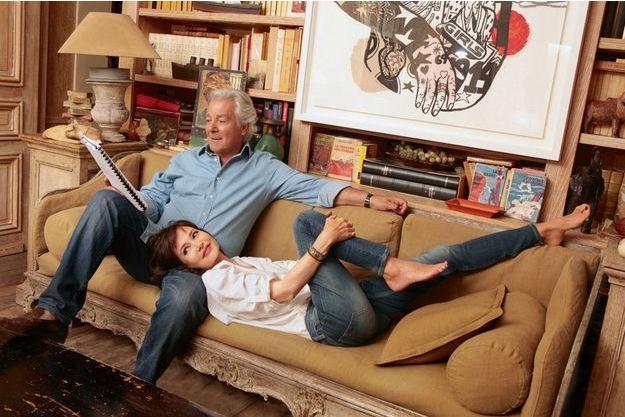 Pierre et Evelyne, dans leur salon, en juillet dernier. Devant leur bibliothèque, un tableau du fils de Pierre, Frédéric Arditi.