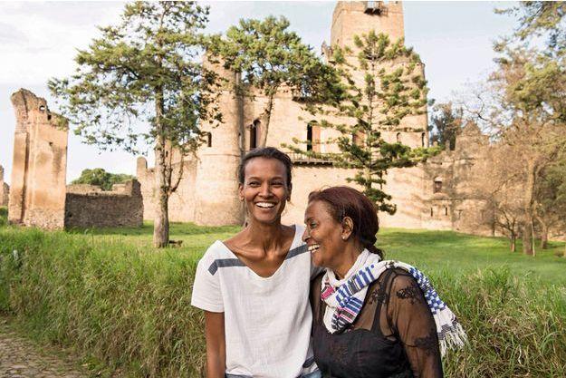 Avec sa mère devant le château de Gondar, l'ancienne cité royale éthiopienne. Liya visite en famille cette région riche d'histoire.