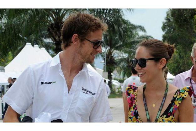James Bond Girl. Jenson Button au bras de Jessica Michibata, 24 ans, journaliste et top model argentino-japonaise.