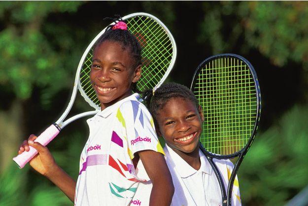 En 1992, Venus, 12 ans, et Serena, 10 ans, se renvoient la balle dans une académie réputée de Floride
