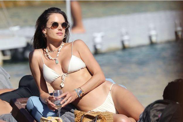 Alessandra Ambrosio sur la plage de Mykonos, le 18 juillet 2019
