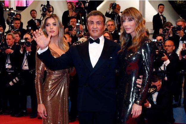 Sylvester Stallone lors de la montée des marches vendredi 25 mai accompagné de son épouse et de sa fille.