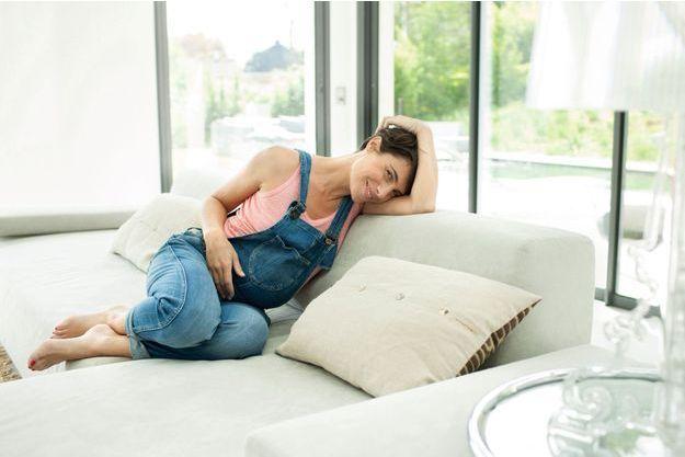 Lundi 14 avril. Egérie Garnier, Alessandra s'offre quelques minutes de détente dans un décor de rêve, choisi par le photographe.
