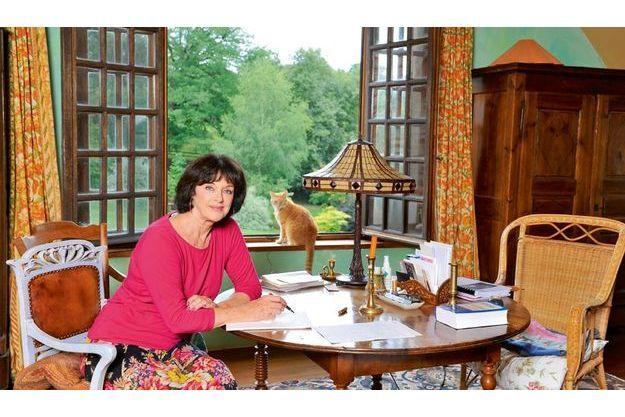 Samedi 6 août, dans sa chambre, à sa table de travail, où, face au jardin, Anny Duperey aime écrire le matin. Avec Bébert, sur le rebord de la fenêtre.
