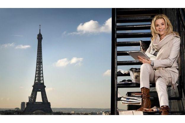 Vendredi matin, début du week-end pour Laurence Ferrari, mais pas encore le moment de faire une pause. Sur une terrasse du Plaza Athénée, elle emporte sa tablette numérique, son agenda, ses journaux.