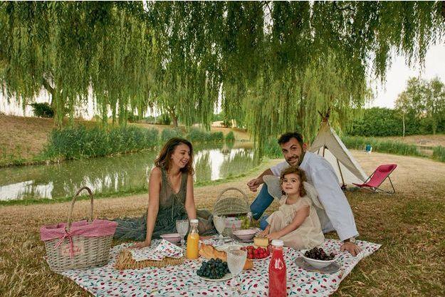 Avec Ludivine et leur fille Capucine au bord d'un étang près de Versailles, camping… chic et frugal.