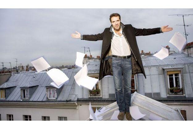 Sur le toit de son appartement dans le Marais, à Paris. Nicolas Bedos ne connaît ni la peur des hauteurs ni celle de la page blanche.