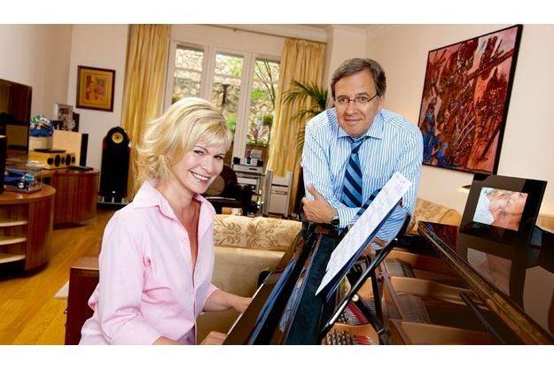 Jeudi 27 mai, dans le salon de leur appartement du XVIe arrondissement, elle lui joue une de ses chansons. Sur le piano Steinway, une photo de la fille aînée et du petit-fils de Nonce, Marion et Matisse, 6 ans.