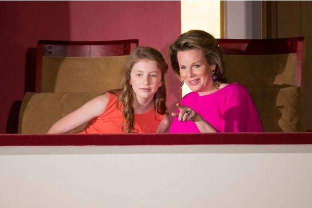La reine des Belges Mathilde et sa fille aînée la princesse Élisabeth au Bozar à Bruxelles, le 28 mai 2016