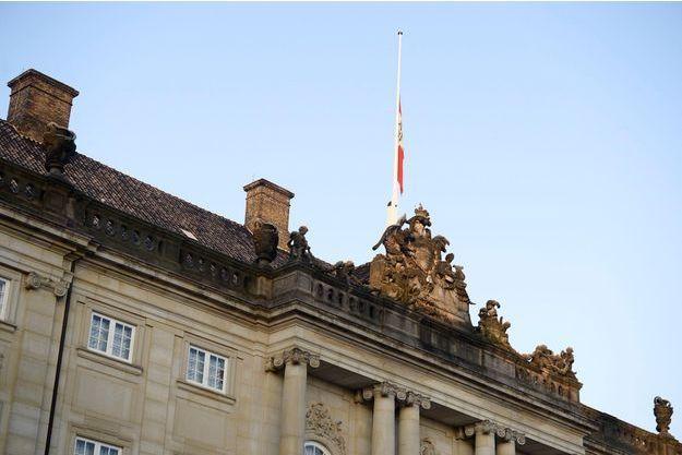 Le drapeau du Danemark est en berne au Amalienborg Palace de Copenhague.