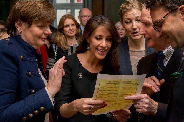 La princesse Marie découvrant la fiche d'inscription du prince Henrik à la Cité Internationale Universitaire.