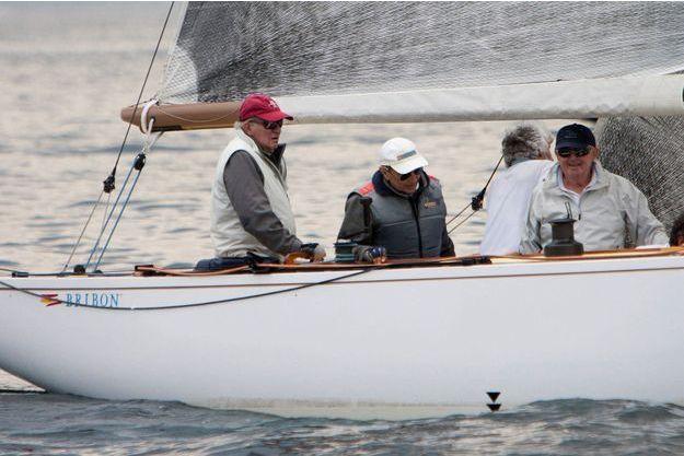 L'ex-roi Juan Carlos d'Espagne sur son voilier à Pontevedra en Espagne, le 13 juillet 2019