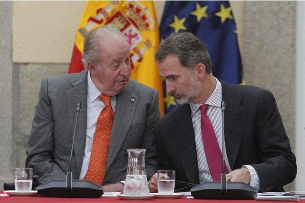 L'ex-roi Juan Carlos et son fils le roi Felipe VI d'Espagne lors d'une réunion à Madrid, le 14 mai 2019