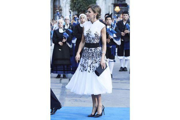 d8208ad48f9da Royal Style - Letizia éblouit par son look pour les Prix Princesse des  Asturies
