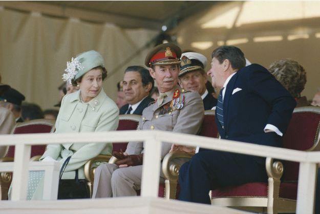 Le grand-duc Jean de Luxembourg encadré par la reine Elizabeth II et Ronald Reagan lors de la commémoration du 40e anniversaire du Débarquement à Utah Beach le 6 juin 1984