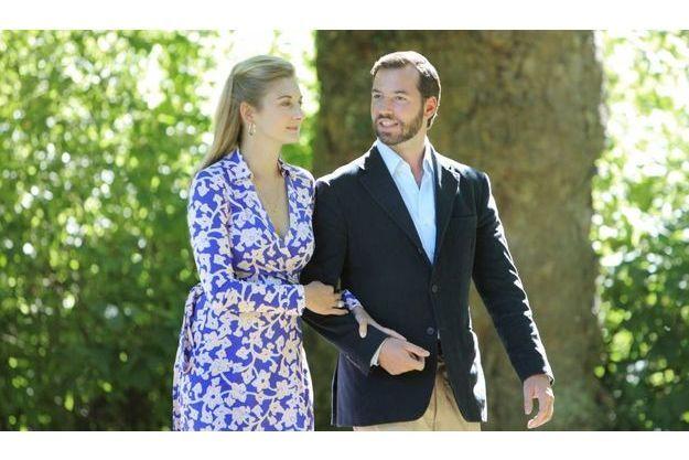 Stéphanie et Guillaume dans les allées du Château d'Anvaing, où a grandi la comtesse.