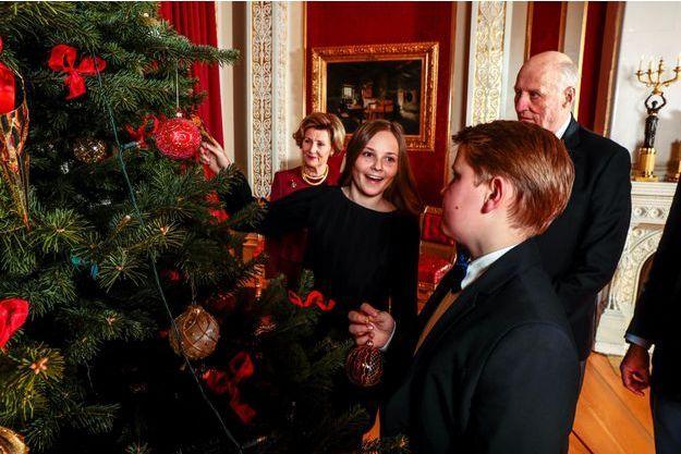 La princesse Ingrid Alexandra et le prince Sverre Magnus avec leurs grands-parents le roi Harald V de Norvège et la reine Sonja à Oslo, le 19 décembre 2017