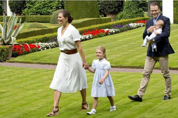 La princesse Estelle de Suède avec la princesse héritière Victoria et les princes Daniel et Oscar sur l'île d'Oland, le 14 juillet 2016