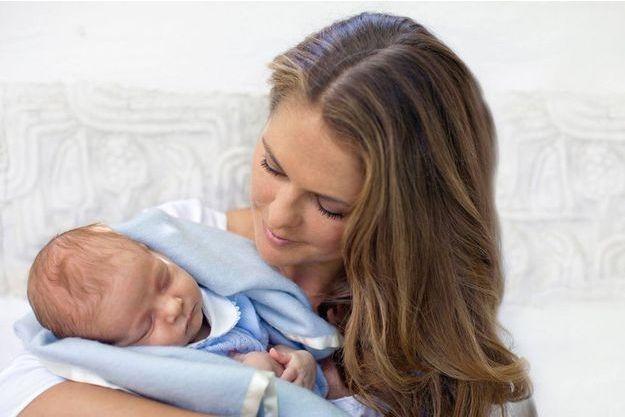 Le petit prince Nicolas dans les bras de sa maman.