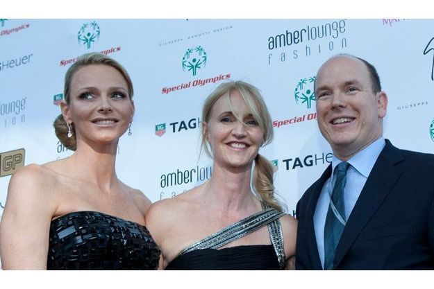 Charlene Wittstock, Sonia Irvine, créatrice de Amber Lounge, et le prince Albert II de Monaco.