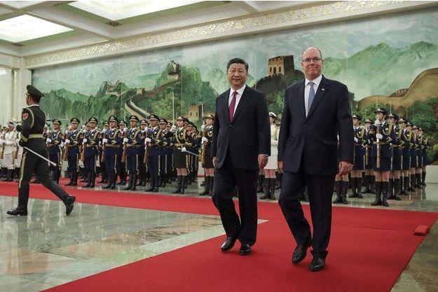 Le prince Albert II de Monaco avec le président chinois Xi Jinping à Pékin, le 7 septembre 2018