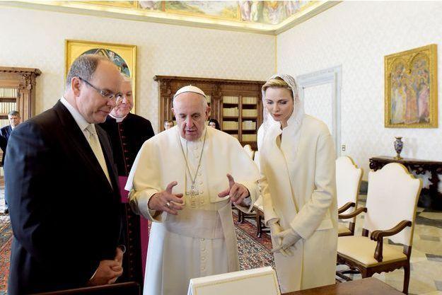 Le 18 janvier, Charlène et Albert dans la bibliothèque des appartements officiels du pape devant les portraits des petits princes monégasques. Avec Mgr Gallagher, le « ministre des Affaires étrangères » du Saint-Siège.