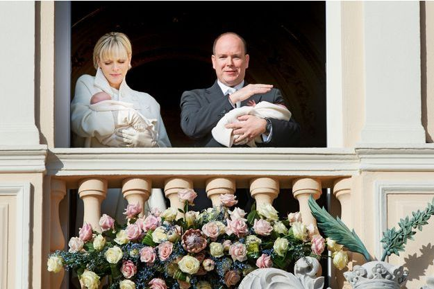 La princesse Charlène et le prince Albert II présentent leurs jumeaux Gabriella et Jacques au balcon du palais de Monaco, le 7 janvier 2015