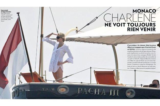 """Mardi 7 juillet, à bord du """"Pacha III"""", le yacht personnel de Caroline, dans la baie de Saint-Tropez. Charlene et Albert, armé de jumelles, scrutent l'horizon."""