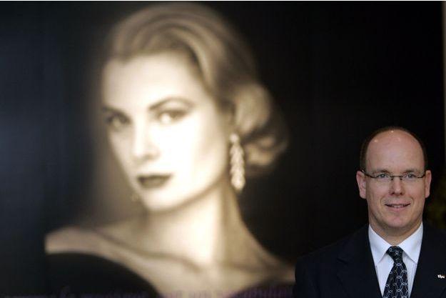 Le prince Albert de Monaco devant une photo de sa mère Grace Kelly, en 2007.