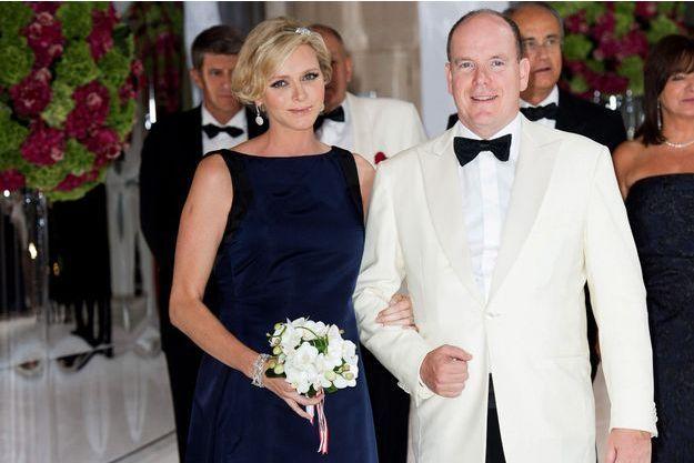 Vendredi 1er août, Charlène et Albert président le 66e gala de la Croix-Rouge, au Sporting Club de Monte-Carlo.