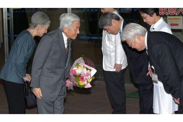 L'empereur Akihito s'incline devant les médecins qui l'ont soigné.