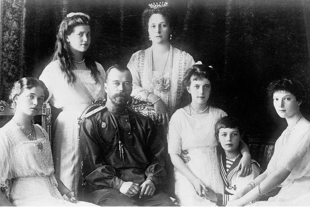 Le tsar Nicolas II, la tsarine Alexandra Feodorovna et leurs cinq enfants dans les années 1910