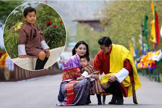 Le prince héritier du Bhoutan avec ses parents le roi Jigme Khesar Namgyel Wangchuck et la reine Jetsun Pema le 2 mai 2017. En vignette, photo diffusée en juin 2019
