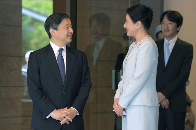 Le prince Naruhito du Japon, avec sa femme la princesse Masako et son frère le prince Akishino, à Tokyo lors de son départ pour la France le 7 septembre 2018