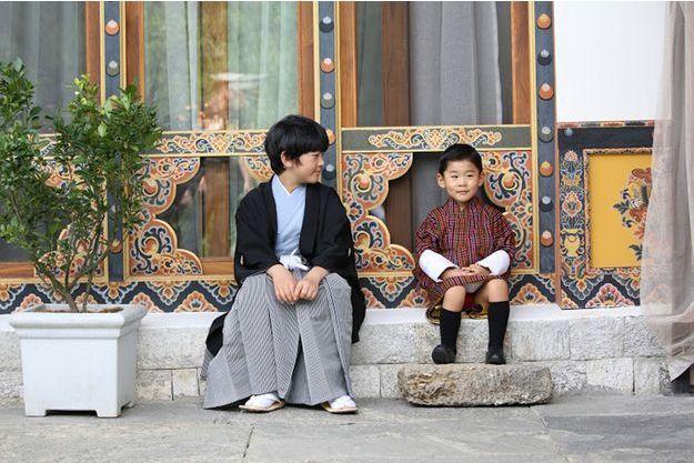 Les adorables photos de la rencontre des deux petits princes asiatiques
