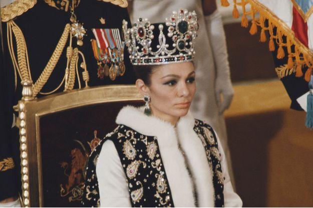 La shahbanou Farah Diba, coiffée de sa couronne d'impératrice, à Téhéran le 26 octobre 1967