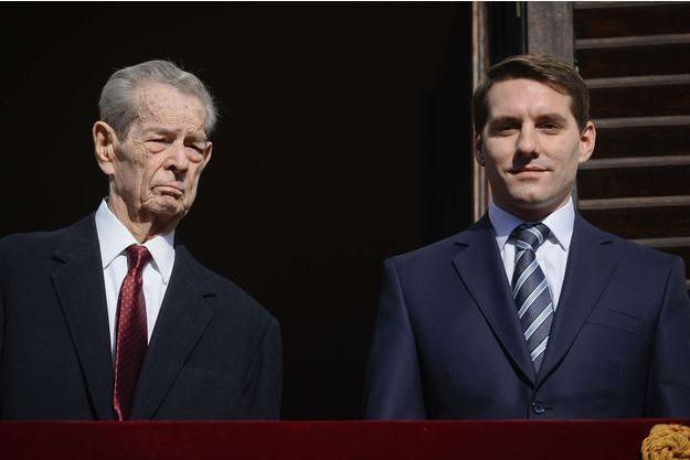 Nicholas Michael de Roumanie Medforth-Mills avec son grand-père l'ex-roi Michel de Roumanie, le 8 novembre 2013