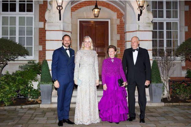 Le prince héritier Haakon, la princesse Mette-Marit, la reine Sonja et le roi Harald V de Norvège à Londres, le 14 novembre 2018