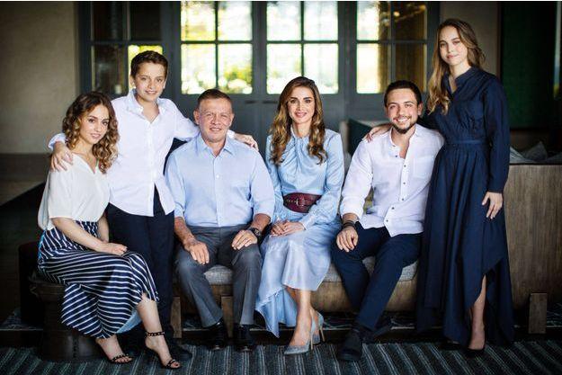 La reine Rania de Jordanie avec son époux le roi Abdallah II et leurs quatre enfants. Photo diffusée en décembre 2018