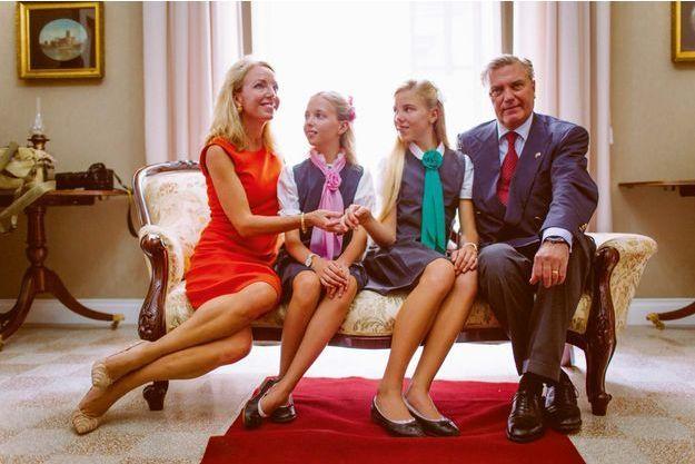 A Naples en 2016. La famille Bourbon des Deux-Siciles. Autour de Camilla, son mari le prince Charles et leurs deux filles, Maria Carolina et Maria Chiara.