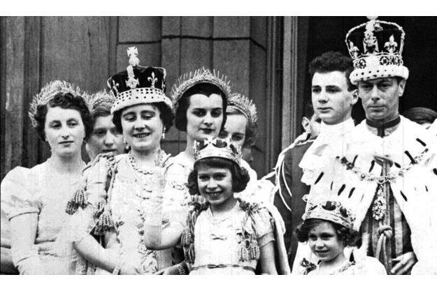 Le 12 mai 1937, après son couronnement, George VI se présente au balcon de Buckingham Palace, avec la reine Elisabeth et leurs enfants. De g. à dr., la future Elisabeth II et la princesse Margaret.