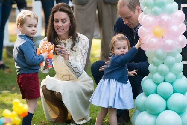 La princesse Charlotte avec son frère le prince George et ses parents Kate Middleton et le prince William à Victoria, le 29 septembre 2016