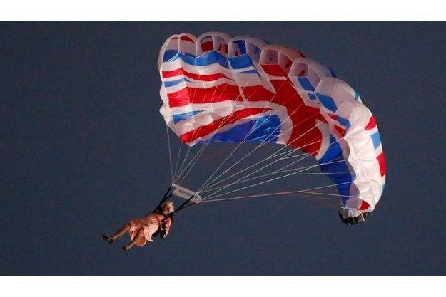 La reine Elizabeth arrivant en parachute au stade olympique...