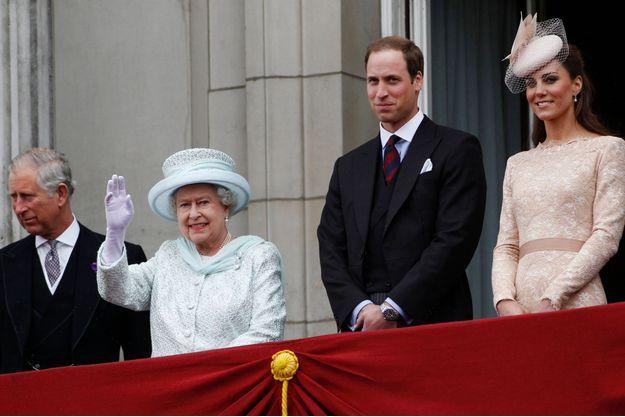 Elizabeth, Charles, William et Kate au balcon de Buckingham, pour le jubilé de diamant en 2012.