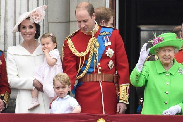 Le prince William et Kate Middleton avec leurs enfants Baby George et la princesse Charlotte et la reine Elizabeth II à Londres, le 11 juin 2016