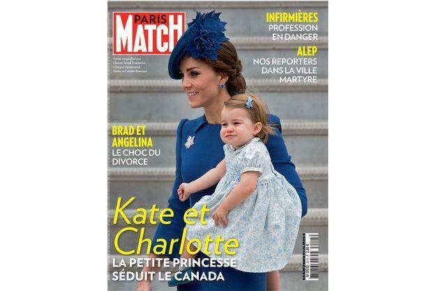 En une de Paris Match, premier voyage officiel pour Charlotte. Samedi 24 septembre, à l'aéroport international de Victoria, en Colombie-Britannique.