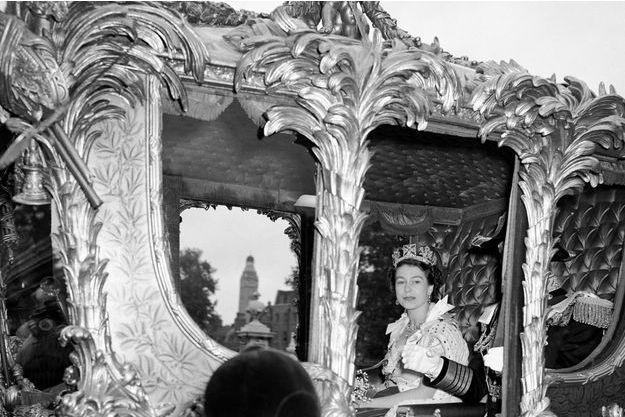 La reine Elizabeth II quittant Buckingham Palace dans le Gold State Coach, direction l'abbaye de Westminster pour son couronnement, le 2 juin 1953.