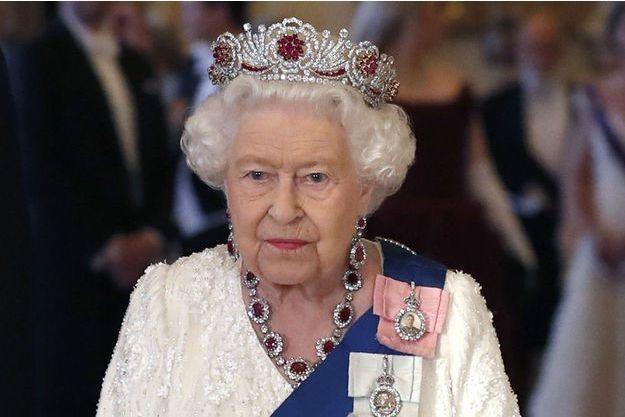 La reine Elizabeth II coiffée de la Burmese ruby tiara à Londres, le 3 juin 2019