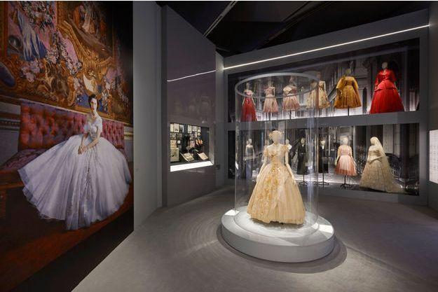 """La robe des 21 ans de la princesse Margaret et son portrait par Cecil Beaton présentés dans la section britannique de l'exposition """"Christian Dior Designer of Dreams"""" du V&A à Londres"""
