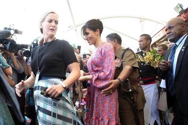 Meghan avec sa garde du corps aux Fidji le 24 octobre.